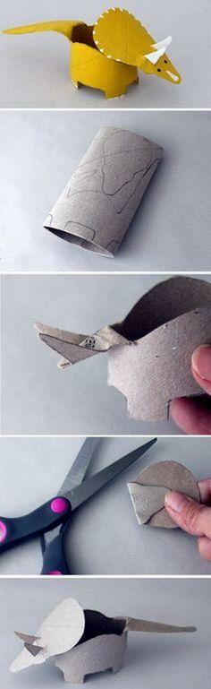 Dinosaurio con un rollo de papel higiénico