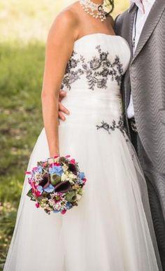 Dieses wunderschöne Brautkleid ist von Elisabeth Passion, Größe 36. Ich selbst trage eigentlich Gr. 34 und bin 1,64 groß, der Rock fällt knapp unters Knie. Das Kleid hat hinten eine raffinierte offene Schnürung mit einem blauen Seidenband, damit lässt sich einiges korrigieren. Das Kleid hat oben eine Korsage eingearbeitet mit eingenähten Cups, damit zaubert es jeder Braut ein sehr hübsches Dekolleté. Die schönen Verzierungen mit blauen Pailletten und Spitze macht das Kleid einzigartig.Eine…