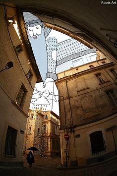 ビルの隙間から覗く空に絵を描くアート。不思議な感じ。