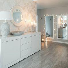 Kaksi isoa peiliä eteiskäytävällä korostavat tilan avaruutta. Home Reno, My Dream Home, Double Vanity, New Homes, Mirror, House, Inspiration, Furniture, Instagram