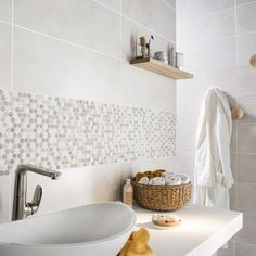 Mosaïque en marbre blanc et moka pour décorer le mur de votre salle de bain. #salledebains #mosaique #ideedeco #marbre