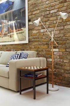 Unser Mortimer Sofa, kombiniert mit dem Contrast Beistelltisch und der Cohen Doppelstehlampe. | Made Unboxed