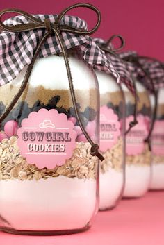 Cowgirl Cookies Gifts: Another fun creation for the Gifts in a Jar series. Easy, colorful Cowgirl Cookies are a great Holiday Gifts! (change to blue m&m's for Cowboy Cookies) Jar Gifts, Food Gifts, Craft Gifts, Gift Jars, Candy Gifts, Gourmet Gifts, Sos Cookies, Cookies Et Biscuits, Pink Cookies