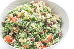 Take a bite into this refreshing, gluten-free quinoa spinach power salad bursting with colourful tomatoes, cucumbers and raisins dressed with a lemon vinaigrette. Salad Recipes Video, Salad Recipes For Dinner, Healthy Salad Recipes, Delicious Recipes, Clean Eating, Healthy Eating, Healthy Food, Power Salat, Quinoa Spinach