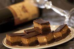 Sastojci za posnu reform tortu: 120 g šećera, 120 g meda, 200 ml kisele vode, 150 g mlevenih oraha, 2 štangle posne čokolade, 1 vanilin šećer, kafena kašika sode bikarbone, brašno da se torta zamesi.