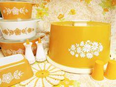 Vintage Cups, Vintage Dishes, Vintage Recipes, Vintage Food, Vintage Pyrex, Rustic Kitchen, Vintage Kitchen, Cake Carrier