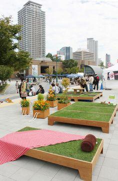 生芝を用いた家具ユニット。都市公園に設置。The furniture unit using raw grass.  It installs in a city park.