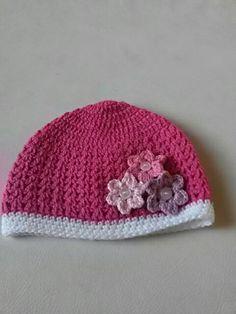 Tamanho: 3 à 6 meses. Gorro feito com lã Cisne Super Bebê nas cores:   pink (04065) / branca (08002) - Ag. 3,5mm