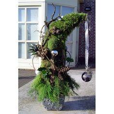 Kerststuk op decoratieve vaas