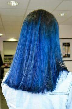 Tie and dye bleu électrique, réalisé au salon Herveou Coiffure à ...