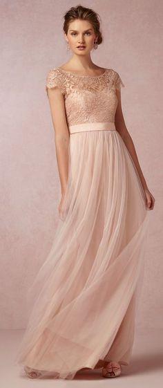 Prachtige lange poederroze jurk van chiffon met top van kant. Voorzijde.