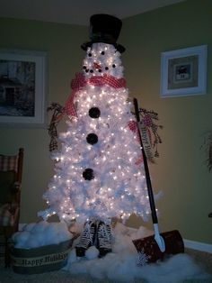 White Christmas Tree Snowman--This has to be the cutest Christmas tree idea I have seen in a long time!
