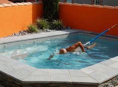 Piscines Caron Petit bassin (2,5 x 4 m) équipé dun système balnéo (9 buses dont 6 rotatives) et dun harnais de nage, alternative économique à la nage à contre-courant (93 euros). Piscines Caron.