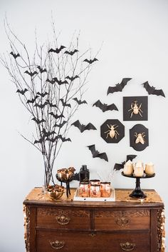 Make this spooky DIY Halloween centerpiece and see more Halloween decorations and Halloween recipes at The Sweetest Occasion! Make this spooky DIY Halloween centerpiece and see more Halloween decorations and Halloween recipes at The Sweetest Occasion! Diy Deco Halloween, Deco Haloween, Table Halloween, Diy Halloween Dekoration, Halloween Home Decor, Cute Halloween, Costume Halloween, Halloween Centerpieces, Cheap Halloween Decorations