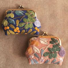 Japanese Embroidery Flowers I love love love these little handmade purses. I really like beautiful stuff with a practical use. Embroidery Purse, Sashiko Embroidery, Japanese Embroidery, Embroidery Patterns Free, Embroidery Fashion, Hand Embroidery Designs, Embroidery Applique, Machine Embroidery, Embroidery Scissors
