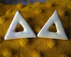 ceramic earrings to buy at etsy shop #Kiramiek #ceramics #motherofpearl #perlmutt #triangles #rainbow #oilstain #pottery #lüster #lüsterglaze #glaze #artsandcrafts
