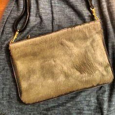 9c755589c Mini Bolso de piel de Potro visón. Cierre con cremallera, incluye correa.  Ideal para llevar cruzado o, quitando la correa, como cartera.