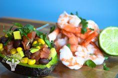 Corn, black bean and pico de gallo stuffed avocado with shrimp. Boom! (traduccion abajo) via Fit Men Cook #cleaneating