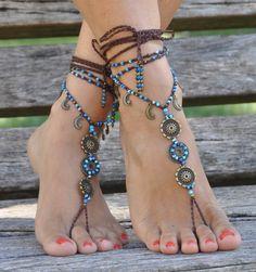 Cette liste est pour une paire de sandales aux pieds nus. Belles et uniques sandales pieds nus avec une vibration tribale. Ils ont fière allure comme collier ou sur les mains trop:) Crochet à la main avec amour et soin à l'aide de fil de polyester ciré, connecteurs fleur en laiton, breloques lune couleur bronze antique, perles en laiton et perles de verre. La dentelle est assez long pour enrouler 2 fois autour de la jambe. Chaque extrémité de la chaîne est fermée avec des perles de verre et…
