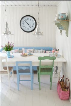 I love the sort of shabby chic different chairs they have going! Vicky's Home: Casa de verano en Suecia / Summer House in Sweden Shabby Chic Dining Room, Shabby Chic Homes, Cocina Shabby Chic, Bleu Pastel, Deco Addict, Kitchen Chairs, Kitchen Styling, Room Inspiration, Home Kitchens