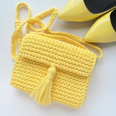 Bolso tejido a trapillo pequeño amarillo fuerte con cadena y boton magnetico con lindos accesorios. by @katerinka_kasyanova #handmade #diy #cosy #knit #knitting #trapillo #tshirtyarn #crochet #stitch #knittersofinstagram #yarn #crocheting #instacrochet #tejer #ganchillo #yarnaddict #handcraft #knitwear #shopsmall #crochetersofinstagram #Labrigo