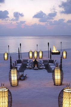 / beach dining in the Maldives /