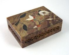 Soapstone Box, Mother of Pearl Inlay, Brown with Reddish, Black and White Flowers on Lift-Off Lid, V Black And White Flowers, Hand Painted Furniture, Soapstone, Reddish Brown, Trinket Boxes, Wooden Boxes, Flower Designs, Vintage Items, Decorative Boxes
