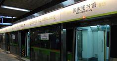 Lectura subterránea. Imagínate irte al trabajo en transporte público y leer un libro que el propio metro te de para el camino. ¿Irreal? En Beijing, China, el metro le proporciona a sus pasajeros, libros electrónicos para leer a través de códigos QR, los cuales se ubican dentro de los vagones.