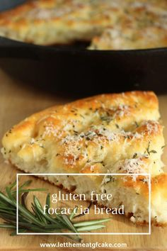 gluten free recipes Its so easy to make this wonderful gluten free focaccia bread! Its light and airy with a crunchy top and bottom crust. Focaccia is flavored with olive oil, rosemary, sea salt, and a light sprinkling of parmesan cheese. Gf Recipes, Dairy Free Recipes, Vegetarian Recipes, Healthy Recipes, Pasta Recipes, Gluten Free Cakes, Gluten Free Baking, Gluten Free Desserts, Gluten Free Focaccia Bread Recipe