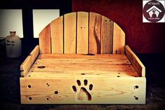 Wooden dog bed handmade from 100% recycled pine wood pallets. Model: Moo