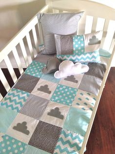 This would be cute for Baby Mac. Little Cloud Baby Crib Quilt . quilt only by AlphabetMonkey. love the little cloud pillows Quilt Baby, Cot Quilt, Baby Quilt Patterns, Baby Boy Nurseries, Baby Cribs, Cloud Pillow, Patchwork Baby, Dream Baby, Baby Bedroom
