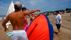 VIDEO: QUISIERON ECHAR A UNA FAMILIA MARPLATENSE DE LA PLAYA PUBLICA   Video: quisieron echar a una familia marplatense de la playa pública En las imágenes un empleado del lugar les pide que se retiren porque supuestamente estaban en un área privada. La familia se negó. Mirá Una familia marplatense denunció que los quisieron echar de una playa pública y escrachó a un empleado del balneario a través de un video. En las imágenes se puede ver al empleado acercarse y explicarles que estaban en…