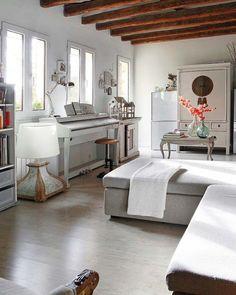 lovely room with white piano (via Lovingit)
