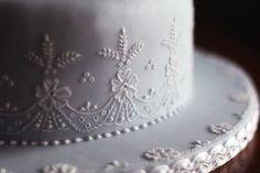 Classic embroidery cake. Particolare