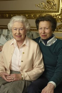 To mark her Birthday(April Her Majesty The Queen Elizabeth II sits with Daughter The Princess Royal, Anne, taken in the White Drawing Room at Windsor Castle taken on Photographer Annie Leibovitz. Royal Family Portrait, Family Portraits, Duchess Kate, Duke And Duchess, Queen Elizabeths Children, Annie Leibovitz Photography, Her Majesty The Queen, Windsor Castle, Queen Elizabeth Ii