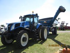 New Holland towing Kinze 1051 graincart New Holland Agriculture, Heavy Equipment, Farming, Tractors, Monster Trucks, Sim, Pictures, Cart, Photos