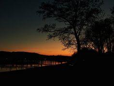 We enjoyed a sunny day and a beautiful sunset. I wish you a happy weekend!  . .  #meinuntersee #bodenseepage #erlebnisnatur #bodenseepic #pictureoftheday  #winter #sunset #sunset_lovers #skyporn #bluehour #twilight #crepúsculo  #atardecer #Dämmerung #sonnenuntergang #hegau #Höri #Hemmenhofen #LakeConstance  #LagoDeConstanza #Bodensee  #Germany #Alemania#Deutschland  #kodakpixpro #kodak_photo #AZ362