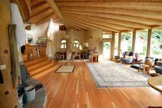 Muchas vigas de madera y mucho espacio libre, ventanas enormes
