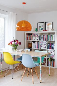 interior - furniture - colorful dining room idea - eetkamer - kleurrijk - boekenkast - oranje - lamp - interieur