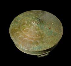 Kvindernes bælteprydelser. Mens mandens status blev markeret af sværdet, blev en kvindes status markeret af store bælteprydelser, også kaldet bælteplader og bæltedåser. Både sværd og bælteprydelser vidner om bronzestøbningens høje niveau. Der var tale om forfinet kunsthåndværk. I ældre bronzealder var bælteprydelser og sværd ofte udsmykket med spiraler. I yngre bronzealder blev forskellige cirkel- og stjernemønstre moderne.  Hængekar af bronze med stjernemotiv. Ukendt findested.