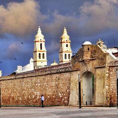 Puerta de Mar (uno de los cuatro accesos para entrar y salir de la ciudad que tuvo por años Campeche) y torres de la Catedral de la Purísima Concepción (1650-1760) emojiemojiSan Francisco de Campeche, Campeche, México.