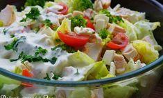 Potrebujeme na 4 porcie: 1 hlávkový šalát 250 g brokolice 8 cherry paradajok 250 g pečeného kuracieho mäsa 100 ml kyslej smotany 100 g bieleho jogurt 2 strúčiky cesnaku 4 PL nasekanej petržlenovej vňate 2 PL chrenu /môže byť aj sterilizovaný/ soľ mleté čierne korenie recept od: Iva Vargová https://www.facebook.com/pecenevarenesivou