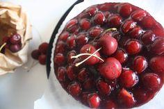 Una fresca cheescake alle ciliegie. Il gusto del formaggio, che le dà il nome, c'è ma non troppo e incontra la dolcezza della frutta in un equilibrio perfetto. Provata a chiusura di una bella grigliata, perfetta ogni volta che si ha voglia di estate.