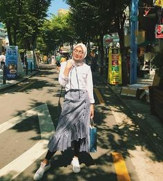 hijab casual remaja Inspirasi Outfit of The Day Hijab Remaja Indonesian – toffee-nosed-rib Hijab Fashion Casual, Casual Hijab Outfit, Muslim Fashion, Ootd Fashion, Urban Fashion, Hijab Wear, Ootd Hijab, Hijab Chic, Ootd Poses