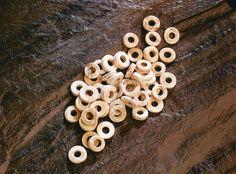 Ces perles en coquillage sont enterrées dans deux fosses communes iroquoiennes entre les années 1000 et 1300 en guise d'offrande funéraire. Elles ont été mises au jour lors des fouilles archéologiques de la Place-Royale en 1977. Photo : Marc-André Grenier 1998 © Ministère de la Culture et des Communications