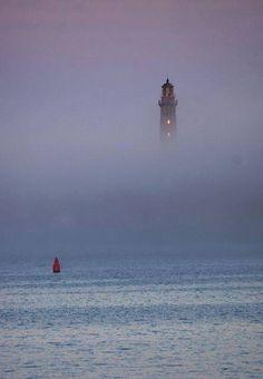 Faro nella nebbia