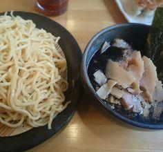 今日はインスタで知り合ったshogonagooさんと つけ麺を頂きました ベースの出汁に醤油塩味噌辛味噌黒から 味を選べるタイプです初体験 パンチがありそうな黒を選択 ニンニクの効いたまー油がたっぷりかかってます チャーシューも味がしっかりついてて美味かったです  #ラーメン#つけ麺#肉つけ麺#インスタ繋がり#ががちゃい #ramen#tsukemen by 09tak18