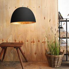 La suspension XL, d'un diamètre de 46 cm, sera idéale comme suspension design dans un salon, une cuisine, ou une salle à manger.  Le contraste de son abat-jour, noir à l'extérieur, or à l'intérieur, donne à cette suspension beaucoup d'allure et apportera une belle touche de couleur à un intérieur moderne.Fabriqué avec un matériel exclusif, le Nébulite, ce luminaire design, dont l'extérieur à l'aspect brut de couleur noire contraste avec la tonalité lumineuse de son intérieur, est une ...