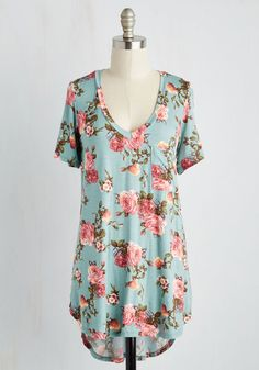 <p>Clad in the comforts of this floral tee, you spend the day jarring your coveted jams and jellies. The sky blue backdrop, pink roses, and cute front pocket of this V-neck top keep you fresh and focused on finishing up your signature sweets!</p>