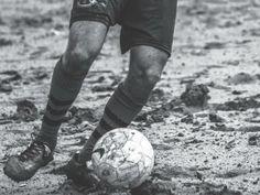 """Na exposição """"Fora de Jogo"""", em cartaz na PUC entre 28 de maio e 7 de julho, o que você vai ver são fotografias que revelam um futebol de craques, mas sem serem pop stars."""